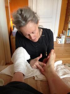 Lisbeth arbejder på stykket ved hælen, som hun viser her