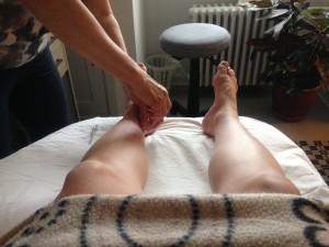 Henny Jensen sætter nåle i mine fødder for at fødselsmodne min krop