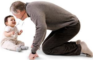 Designer Peter Opsvik med sit barnebarn