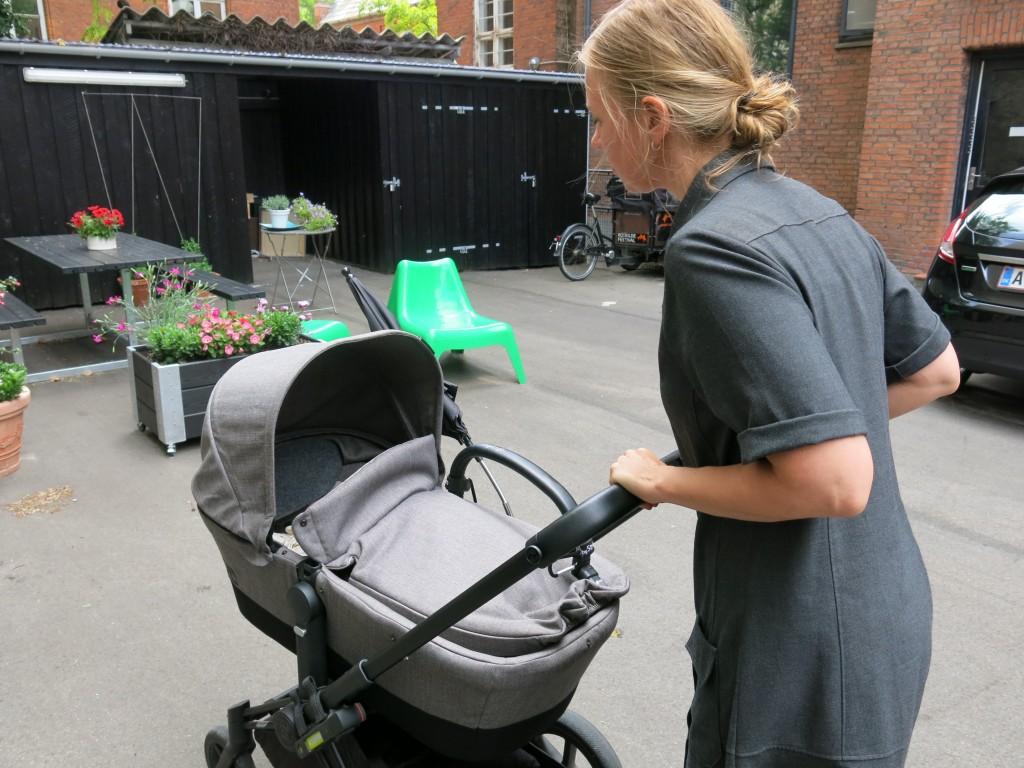 Ditte bevæger barnevognen med bestemte teknikker og holder øje med, hvilket niveau Anker er på