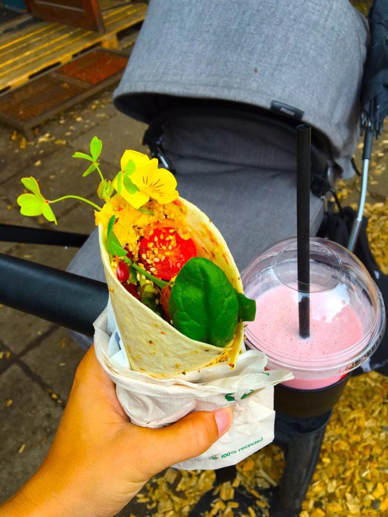 Der er masser af vildt lækker mad på Roskilde Festival, og vognens kopholder kan bruges til ammevenlige drikkevarer