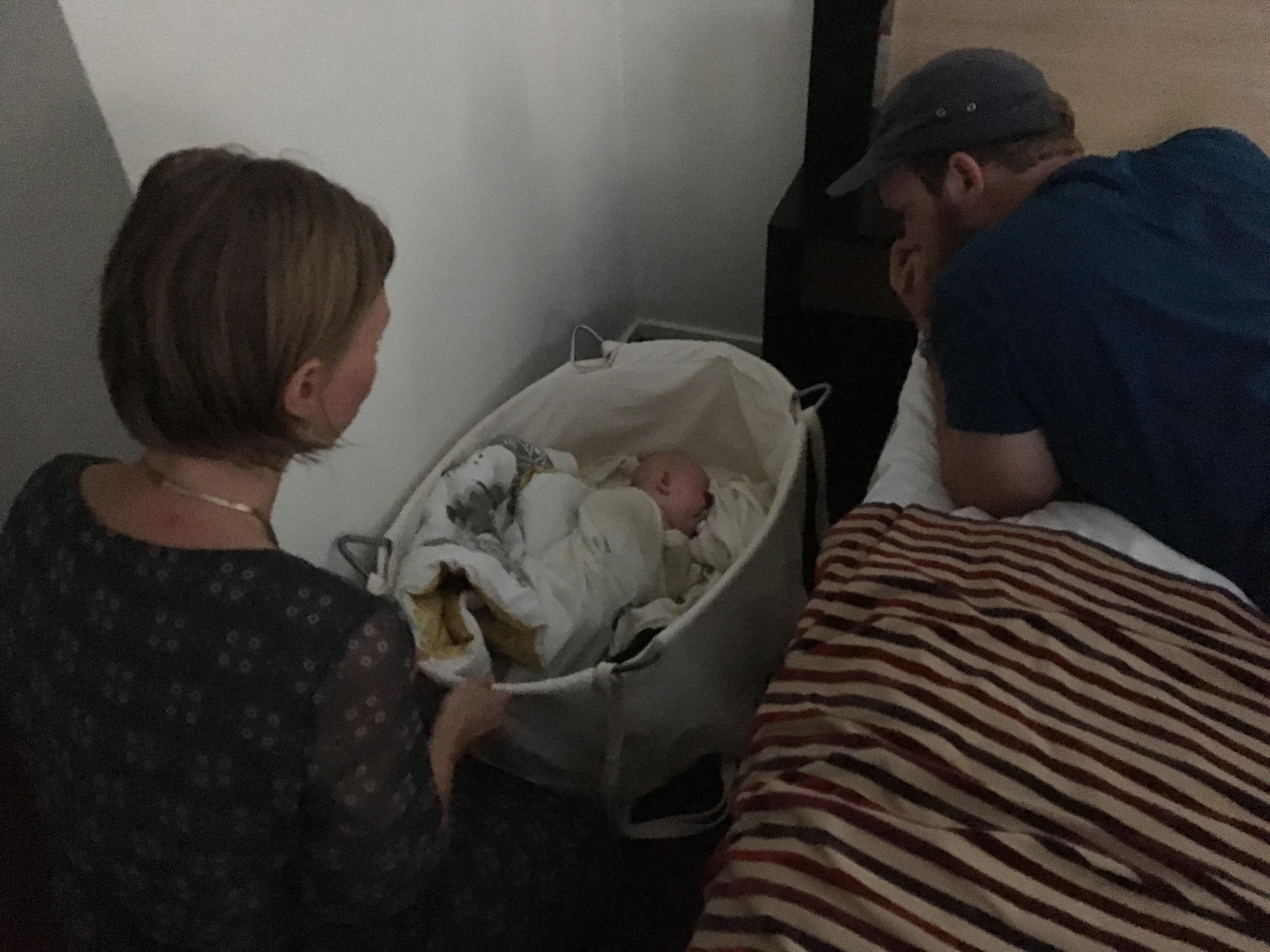 Ditte Bach og Ankers far hjælper Anker til at falde i søvn uden et bryst i munden