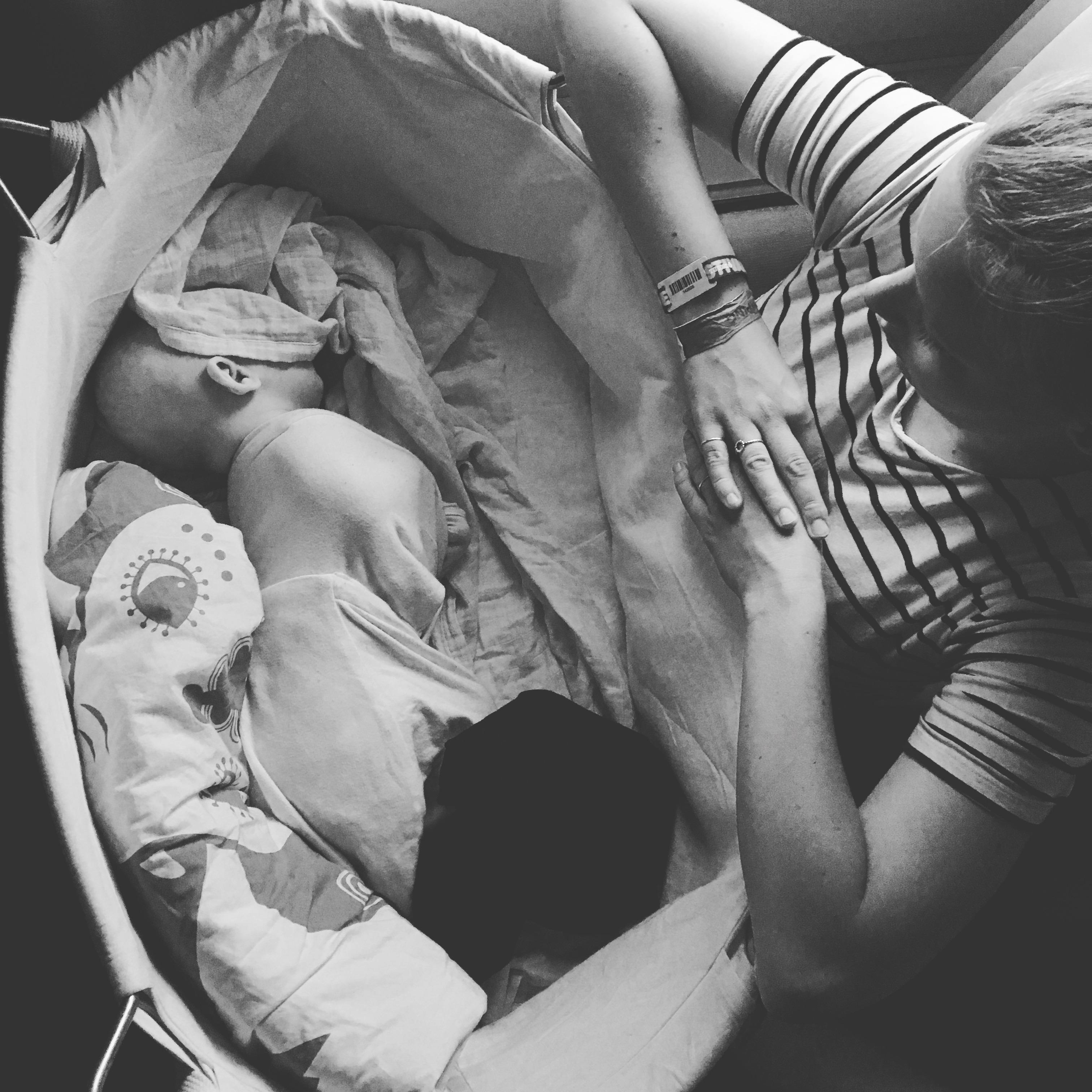 Trygt sovende barn i Ergobaby-svøb og med lidt stofble over øjnene til at lukke ned for dagen (fjernes selvfølgelig når barnet sover)
