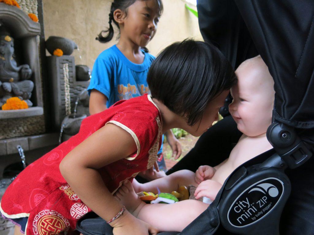 Både børn og voksne balinesere er yderst sociale og baby-venlige!